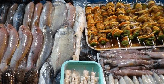 Những quầy bán hải sản nướng ăn liền ở chợ