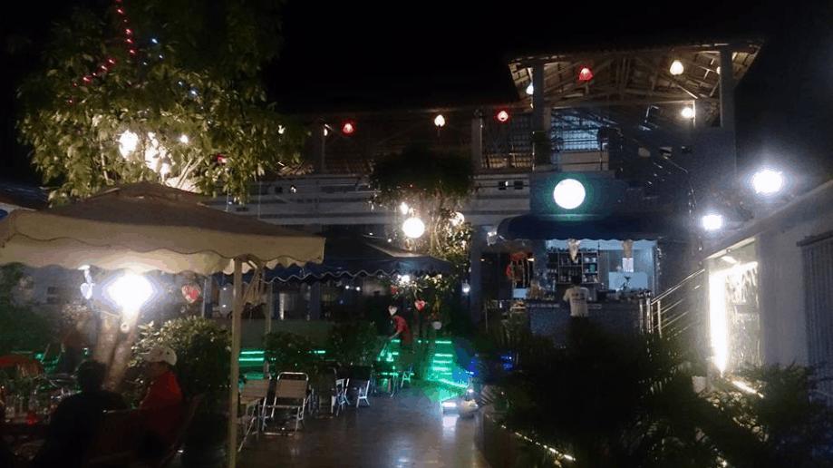 Quán cà phê Rio vào buổi tối