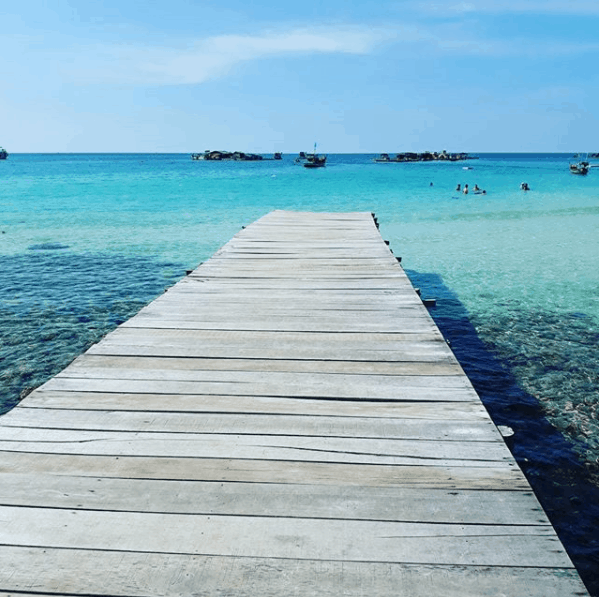 Cây cầu gỗ nối ra biển ở Hòn Mấu