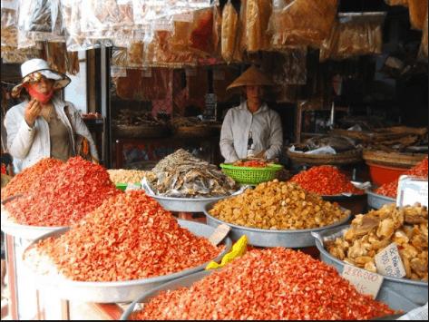 Cửa hàng hải sản khô ở chợ Dương Đông