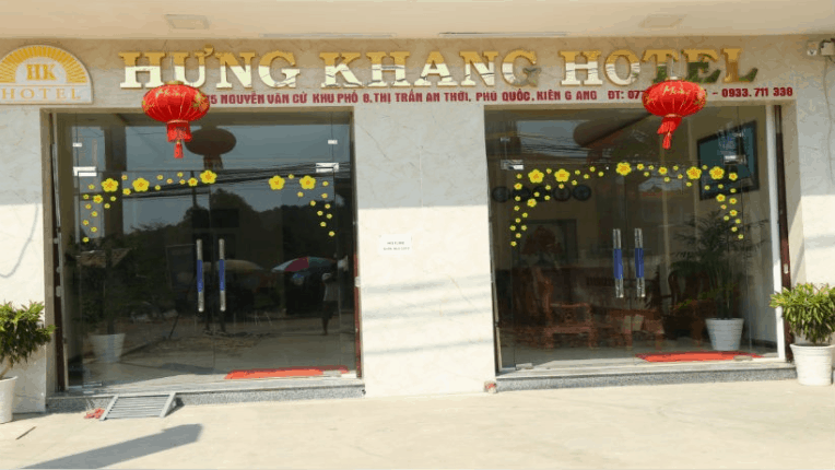 Phía ngoài khách sạn Hưng Khang