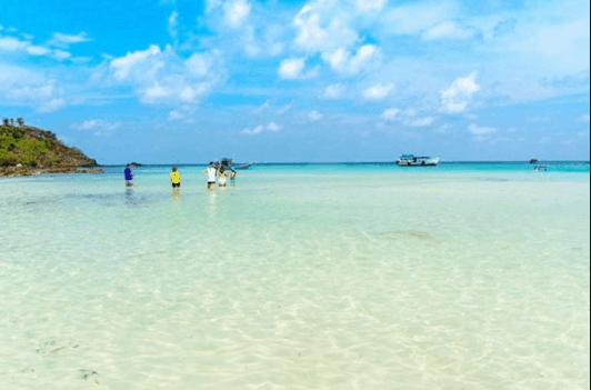 Bãi biển ở Hòn Mấu nước trong vắt