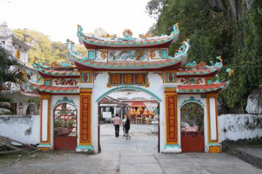 Cổng vào chùa Hang