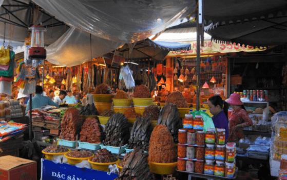 Chợ đêm Hà Tiên bán đủ các loại mặt hàng