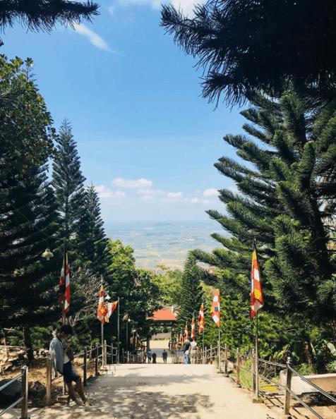 Đường lên chùa Núi Tà Cú
