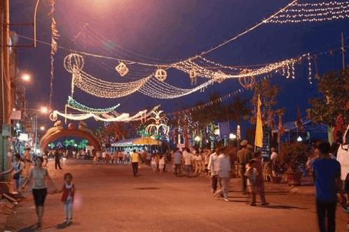 Đi bộ dạo quanh chợ đêm