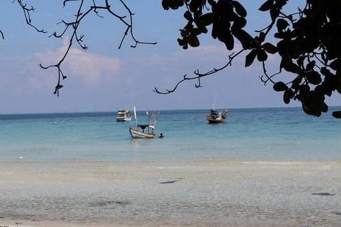 Tàu đánh cá của ngư dân trên đảo Hòn Mấu