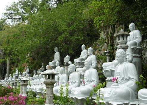 Vườn tượng ở chùa Hang