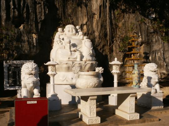 Tượng phật di lặc ở chùa Hang