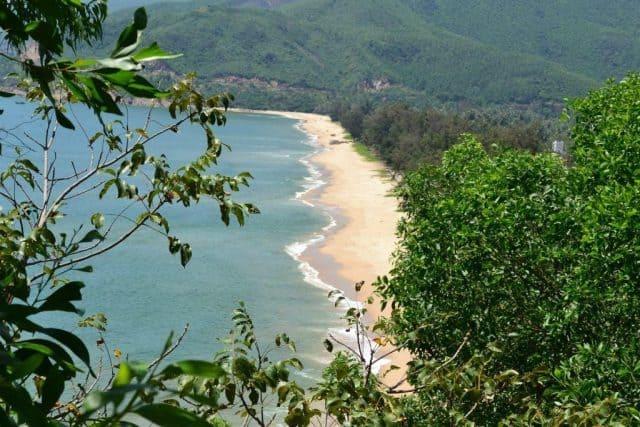 Biển Quy Hòa được bao phủ bằng một vẻ đẹp dịu dàng, thơ mộng, tĩnh lặng đến bất ngờ (Ảnh ST)