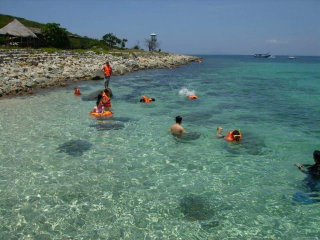 Tắm biển thỏa thích dưới làn nước biển trong, xanh và sạch (Ảnh ST)