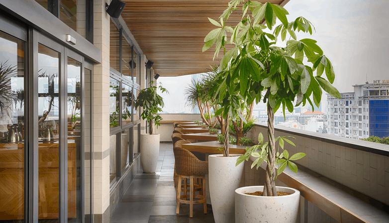 Ban công nhà hàng Zen Roof Top có view thoáng mát
