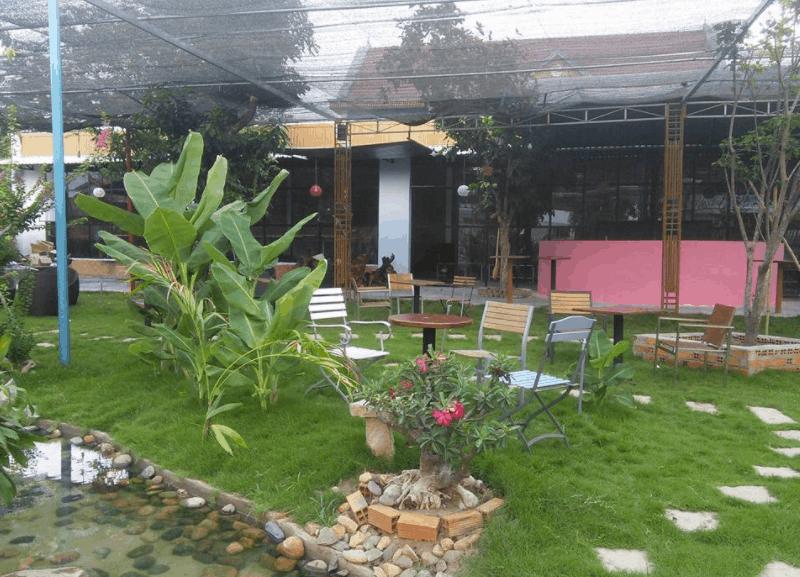 Bàn ghế tại MM Garden Cafe được đặt hài hòa với không gian thiên nhiên