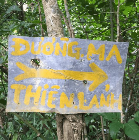 Bảng chỉ dẫn đường lên đỉnh núi Ma Thiên Lãnh