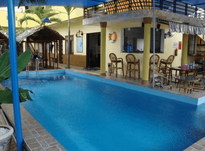 Bể bơi ngoài trời trong khuôn viên khác sạn Oasis