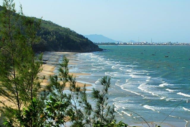 Nằm trên bãi cát ngắm nhìn sóng đánh vào bờ nhè nhẹ (Ảnh ST)