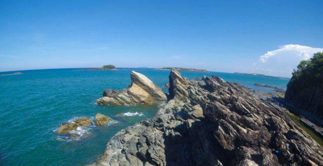 Trên nền xanh của nước biển nổi lên những vách đá sắc đen như than với những vân, đường nét kỳ lạ (Ảnh ST)