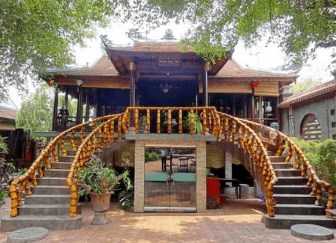 Cafe Hoàng Cung có lối kiến trúc cổ kính