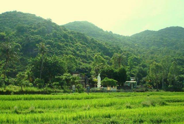 Ngôi chùa tọa lạc giữa đồng xanh bát ngát và núi rừng trùng điệp (Ảnh ST)