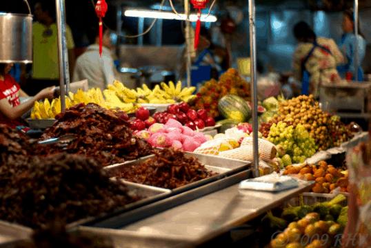Chợ đêm Bạch Đằng còn là thiên đường ăn vặt cho giới trẻ