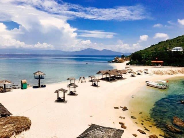Bờ cát mịn màng với những lều nghỉ cho du khách tham quan (Ảnh ST)