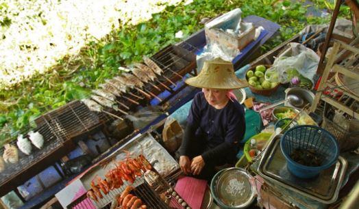 Món ăn hải sản ưa chuộng ở đây là tôm nướng, ăn ngon mà giá cả lại rất phải chăng nhé (Ảnh ST)