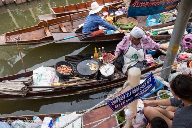Bạn có thể ăn thử những món như Pad Thái (bún gạo xào) hay Kanom Krok (bánh dừa) đặc trưng ở đây (Ảnh ST)