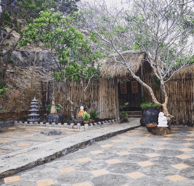 Khuôn viên chùa Quan Âm Các