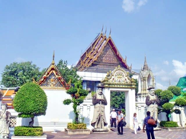 Có rất nhiều cổng phụ vào chùa Wat Pho (Ảnh ST)