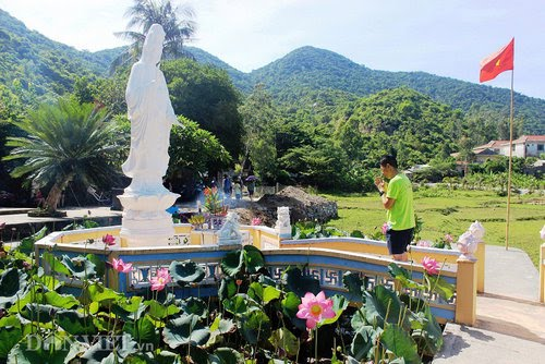 Tượng Bồ Tát Quan Âm cao 3m đứng trên đài sen ở ngay giữa hồ sen (Ảnh ST)