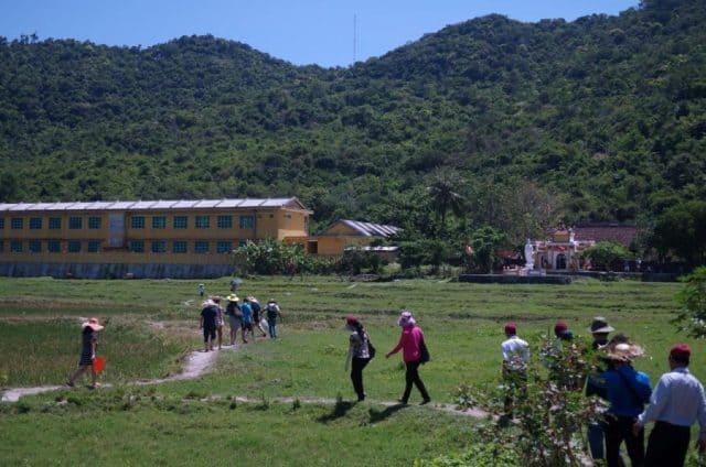 Từ Bãi Làng trên đảo Hòn Lao, men theo những con đường nhỏ ngoằn ngoèo chừng 300m là đến xóm Cốm, nơi có chùa Hải Tạng trầm mặc cổ kính (Ảnh ST)