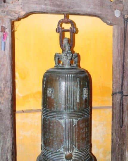 """Chùa còn lưu giữ một quả đại hồng chung lớn, trên chuông có điêu khắc """"Song long triều dương"""" (Ảnh ST)"""