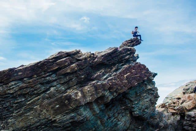 Hay trên một khối đá cao và nguy hiểm với bức ảnh chất lừ như thế này (Ảnh ST)
