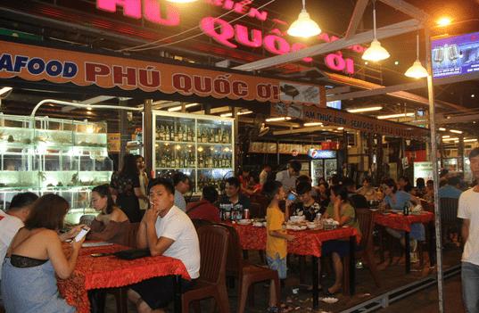 Có rất nhiều hàng quán tại chợ đêm Bạch Đằng