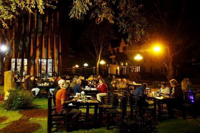 Thưởng thức những món ăn ngon từ nhà hàng hay uống cà phê thư giãn vào buổi tối tại Coffee Tour Resort (Ảnh ST)