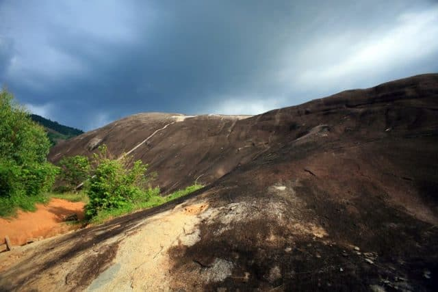 Tảng đá độc đáo của vùng núi rừng (ẢNH ST)