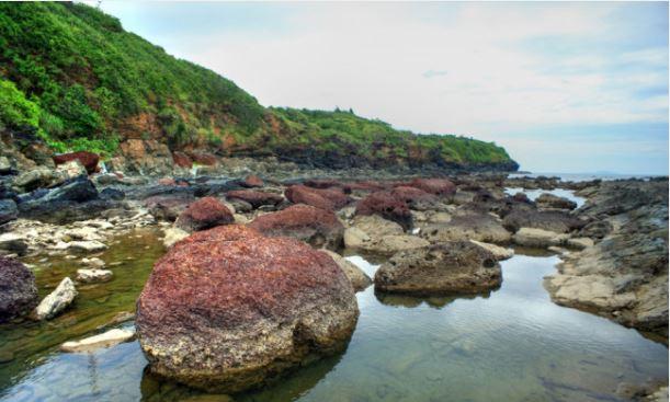 Ngoài màu đen huyền đặc trưng, đá ở Bàn Than còn sở hữu nhiều màu sắc khác nhau: nâu, vàng, đỏ… (Ảnh ST)