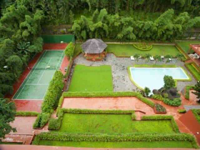 Khuôn viên xanh mát của Đam San Hotel, có chỗ chơi tennis dành cho du khách (Ảnh ST)