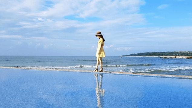 Dạo bước trên hồ tràn biển tại Rock Water Bay