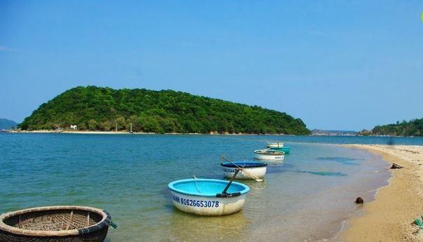 Với diện tích chừng 6 ha, đảo còn được coi như một tấm bình phong chắn sóng gió cho hai làng chài Mỹ Hải, Mỹ Thành bên cạnh (Ảnh ST)