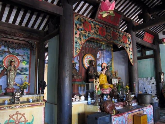 Chùa Hải Tạng là nơi mọi người thường xuyên lui tới để cầu mong về sức khỏe, tài lộc (Ảnh ST)