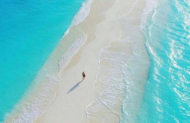 Đi bộ trên con đường này đem lại cảm giác vô cùng thích thú, xen lẫn hồi hộp và một chút sợ hãi khi bạn phải bước giữa đại dương bao la (Ảnh ST)