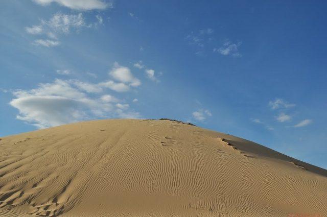 Đồi cát Phương Mai trải rộng trên diện tích rộng lớn và được tạo thành từ hằng hà sa số hạt cát nhỏ li ti vàng óng (Ảnh ST)