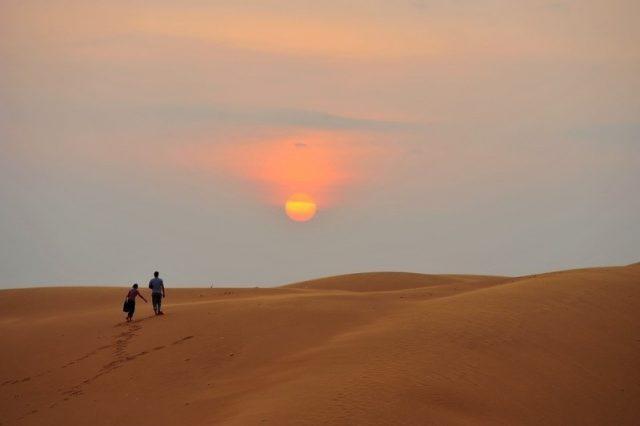 Ngắm hoàng hôn thơ mộng trên đồi cát (Ảnh ST)