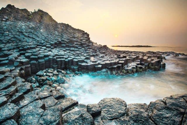 Tạo hóa đã dày công xếp đặt những phiến đá hình lục giác cứ thế chồng lên nhau thành nhiều hình thù đặc sắc (Ảnh ST)
