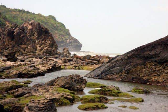 Vẻ đẹp hoang sơ giao hòa giữa đá, sóng khiến nơi đây thu hút nhiều du khách hơn đến khám phá (Ảnh ST)