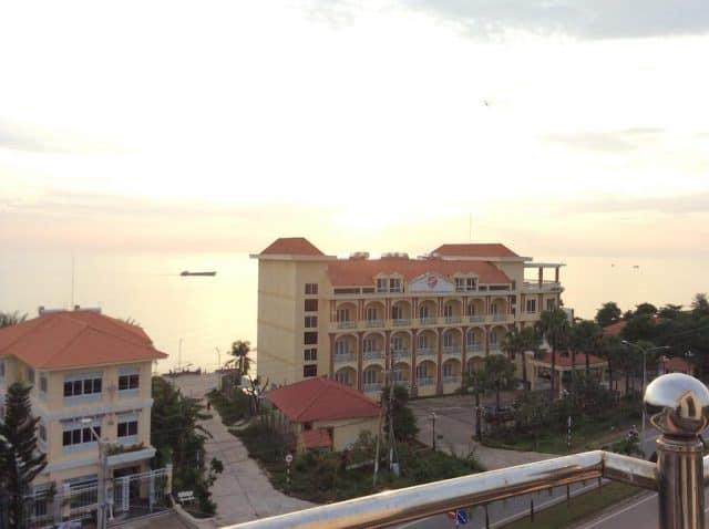 Từ khách sạn Hiệp Thoại có thể ngắm nhìn cảnh biển lãng mạng (Ảnh ST)