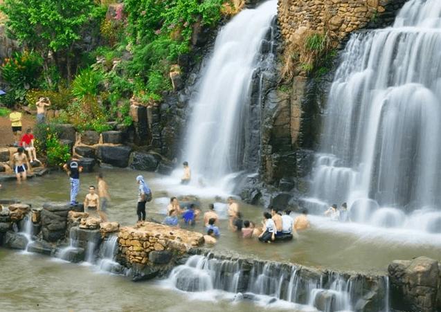 Hình ảnh du khách tắm dưới thách Đá Hàn
