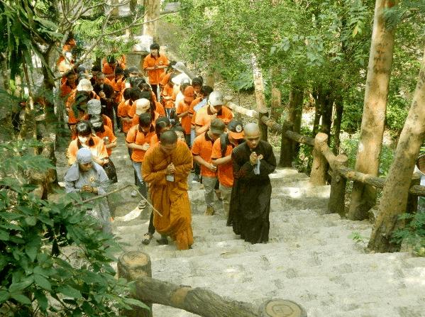 Hình ảnh du khách hành hương lên Linh Sơn Bửu Thiền