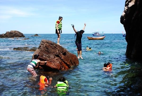 Du khách vui đùa dưới làn nước xanh mát trên đảo (Ảnh ST)